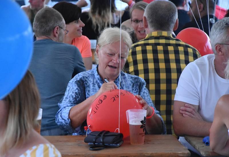 Ve Strupčicích se při zahájení sezóny ve sportovním areálu rozloučili s dobou covidovou. Vyslali k oblakům stovky balonků, často se vzkazy.