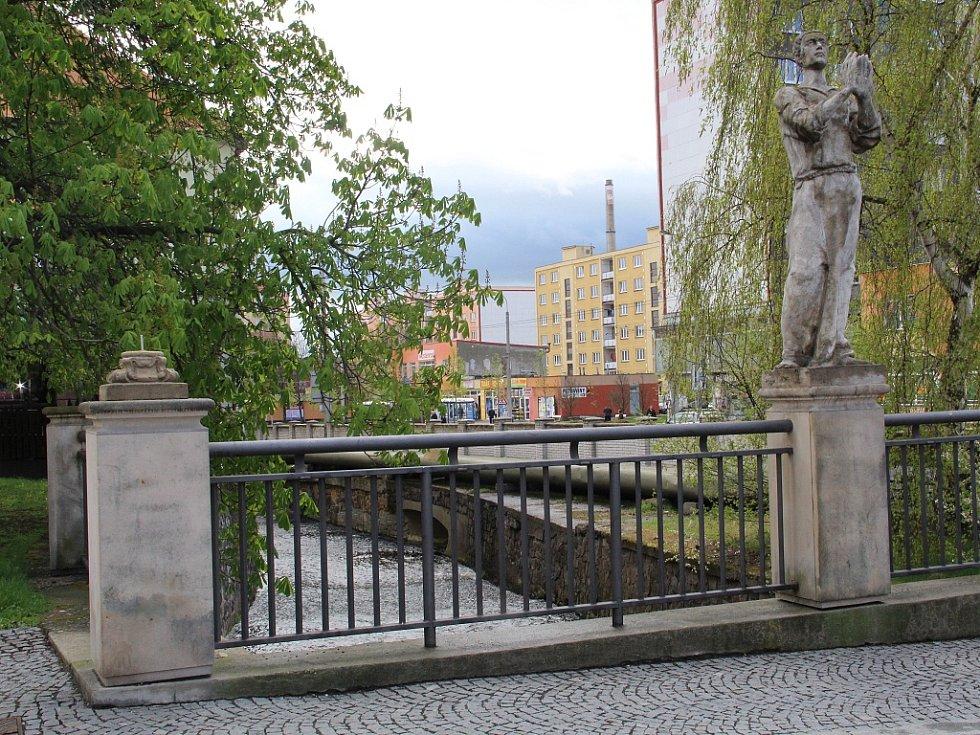 Vandal poškodil sochu v chomutovské Palackého ulici. Část skončila v Chomutovce