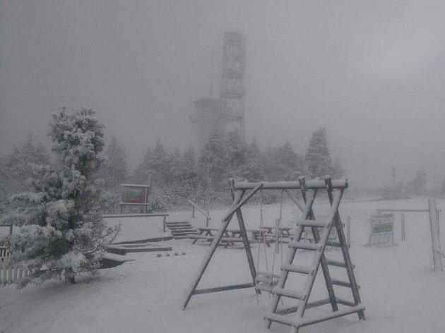 Vpátek na Klínovci napadl první sníh.