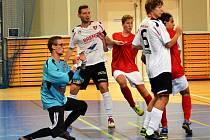 V přípravě porazil Betis Kadaň (v bílém) tým krajského přeboru Atletico Chomutov 5:2.