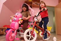 NOVÉ POKOJE. Holky ukázaly svůj pokojík a dárky od Ježíška, obě dostaly pěkná kola.