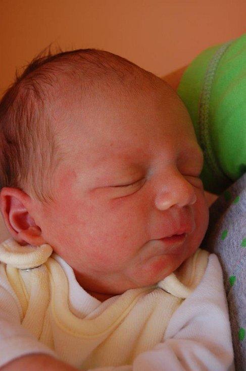 Mareček Kölbl se prvně rozkřičel v rukách chomutovských porodníků dne 6. 4. ve 13:27 hodin. Měřil půl metru a vážil 3,25 kg. S maminkou Veronikou Kölblovou brzy zamíří za tátou do Vysoké Pece.