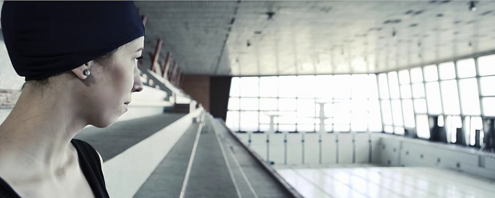 Víra. Jedno ze čtyř kampaňových videí filmaři natočili v bývalých chomutovských lázních.