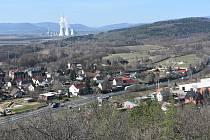Zelenou, která je místní částí Málkova, prochází rušná silnice I/13. V dálce kouří komíny prunéřovské elektrárny.