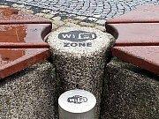 Chytré lavičky na Mírovém náměstí v Kadani.
