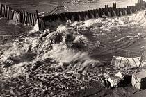 OBLEVA způsobila problémy také v prosinci roku 1967. Velká voda tehdy zničila výsledek dvouleté stavby Kadaňského stupně u františkánského kláštera, v několika hodinách odnesla bagr, jeřáb, čerpadla i rozestavěné vodní dílo. Dobová fotografie byla pořízen