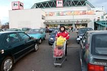 Zaparkovat před delvitou v Chomutově je pro mnohé řidiče v odpolední špičce téměř nadlidský úkol. Parkoviště využívají totiž vedle návštěvníků Delvity i úředníci a obyvatelé z okolních domů.
