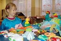 Stejné burzy probíhaly i v loňském roce a byl o ně velký zájem. Na snímku z loňské prodejní akce v Domečku je malá Lucka, která se probírala nabízenými hračkami.