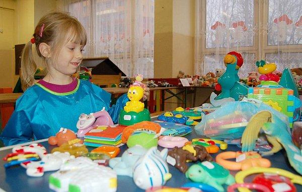 Stejné burzy probíhaly ivloňském roce a byl oně velký zájem. Na snímku zloňské prodejní akce vDomečku je malá Lucka, která se probírala nabízenými hračkami.