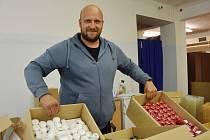 Josef Holák dnes provozuje chráněnou dílnu. Vyrábí svíčky.