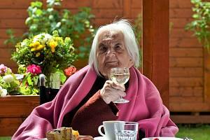 V kadaňském Domově pro seniory se slavilo úžasné životní jubileum. Sto let jedné z klientek. Paní Marija je v současné chvíli nejstarší klientkou nejen zařízení, ale zároveň i nejstarší obyvatelkou města Kadaně.