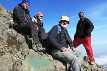 Unavení, ale šťastní, výprava se po zdolání vrcholu Mount Meru vrací zpět do základního tábora. Na snímku vedoucí výpravy Jaroslav Souček (druhý zprava), děkuje svému doprovodu.