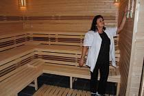 Správkyně městské sauny, Hana Dlouhá, kontroluje teploměry v potírně. Prostory byly rekonstrukcí zvětšeny.
