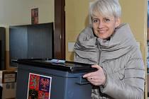 Předsedkyně volební komise v obvodu č.4 Ivana Kopřivová s hlasovací urnou. Podle všeho bylo sobotní opakované hlasování v komunálních volbách v pořádku.