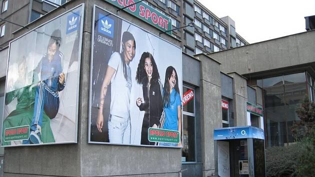 Nově otevřená prodejna sportovních potřeb v budově bývalé pošty.