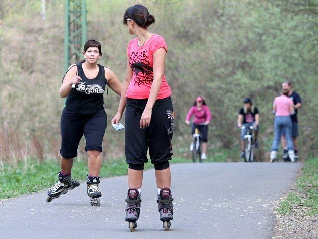 Cyklostezka v Bezručově údolí v Chomutově je v těchto dnech, kdy teploty připomínají letní období plná sportovců.