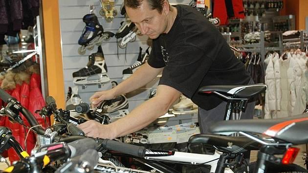 VŠE PRO SPORT. Manažer řetězce Apollo Sport Jiří Novotný, také včera dohlížel na to, aby v jeho obchodě bylo všechno při otevření centra v pořádku.