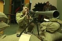 Vojáci  v dobových uniformách předvedli  výzbroj našich vojáků v Tubruku.