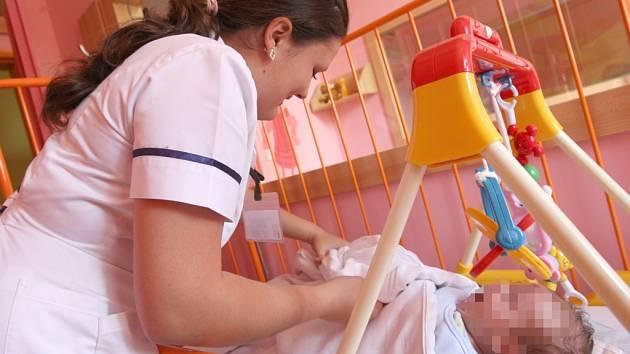 Studentka zdravotnické školy Soňa Koukalová s nalezeným miminkem.