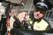 OCHRANNÝ ČIP. Strážník Martin Vršan ukazuje malý čip, který se instaluje do sedlové trubky rámu kola.