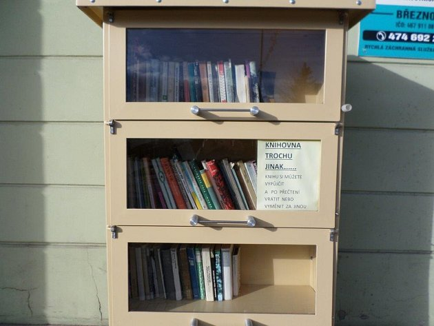 VBřezně už mají venkovní knihovničku nějaký čas.