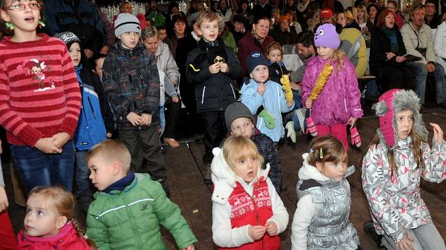 Česko zpívá koledy v Chomutově. Na náměstí do párty stanu si přišly zazpívat dvě stovky veselých lidiček.