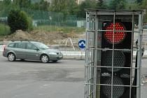 Dopravu u zimního stadionu řídí semafory.