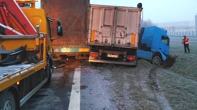 Havárie tří kamionů a tří osobních aut u Prunéřova
