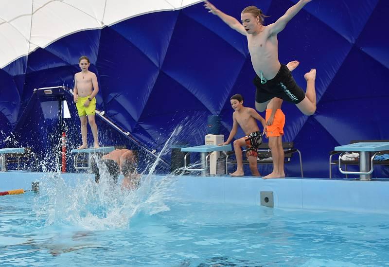 Vodu jako první vyzkoušeli mladí hokejisté z Kadaně.