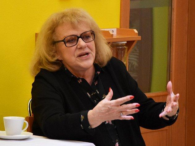 Společným dárkem pro obyvatele kadaňského domova pro seniory bylo povídání sIvou Hüttnerovou.