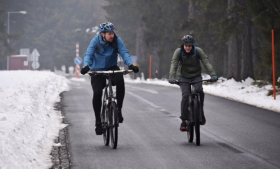 Někteří už vyrazili na Klínovec na kole. Musí počítat s tím, že na vrcholu leží na silnici ještě sníh.