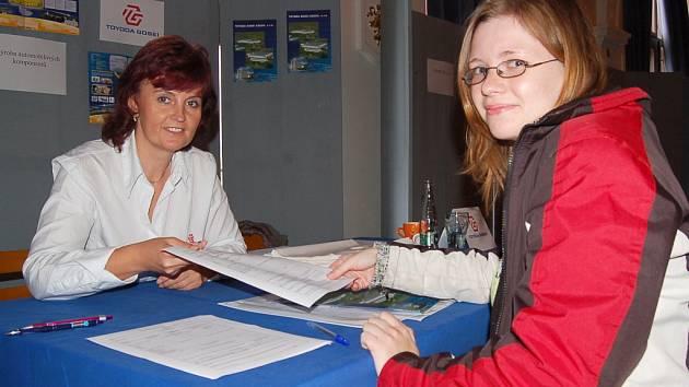 Personalistka jedné z firem  Ivana Hánová (vlevo) podává dotazník  zájemkyni  o zaměstnání Haně Ondrejkovičové.