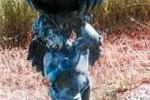 Soška anděla, kterou kdosi ukradl.