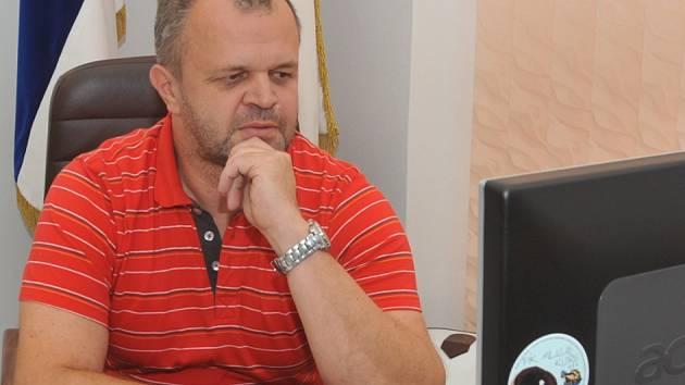 Starosta Kadaně Jiří Kulhánek ve své pracovně na radnici při sledování výsledků voleb.