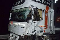 Kamion, kterému řidič dodávky vjel pod kola.