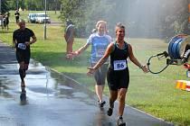 Osvěžení čekalo běžce půlmaratonu v podobě vodní mlhy poblíž vlakové zastávky. Na snímku s číslem 86 Kamila Chmelařová z Velké Hleďsebe.