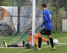 František Hašek vstřílí jeden ze dvou gólů v utkání proti týmu TJ Kopisty.