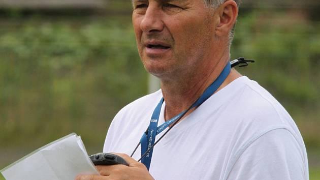 Trenér Luboš Urban vedl úvodní tréninky chomutovských fotbalistů.