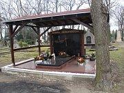 Zadní hrob čeká likvidace. Jeho souseda v popředí už před časem nahradilo nové stání a noví majitelé.