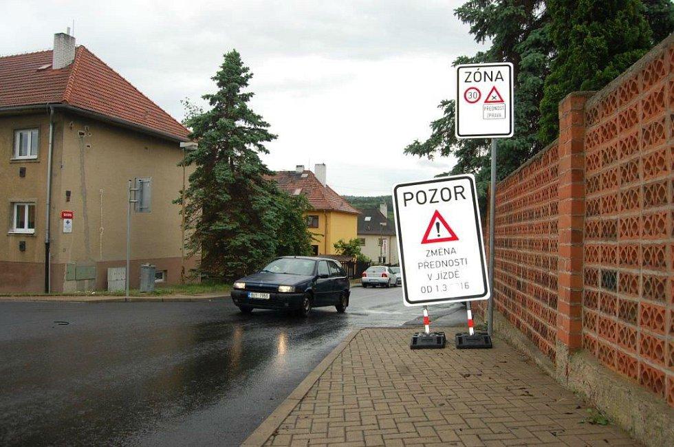 PŘEDNOST ZPRAVA. Změna přednosti v jízdě platí na Sedleckém předměstí od 1. března.