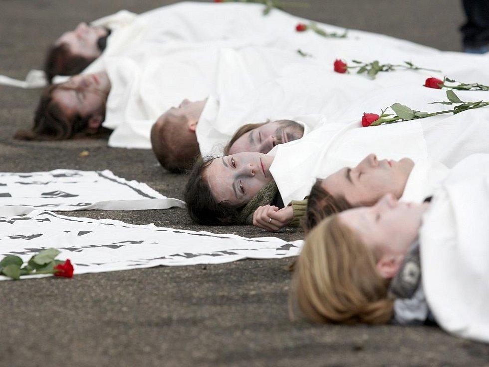 Třináct lidí s bíle namalovaným obličejem si lehlo před bránu elektrárny, jejich těla měla představovat symbolické mrtvoly.