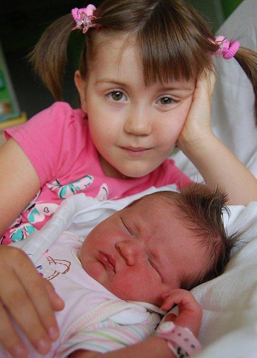 Maličká Ela Lauterbachová odpočívá vedle pětileté sestřičky Emy. Narodila se 6. 8. v 15:23 hod. v Chomutově, měřila 52 cm a vážila 3,75 kg.