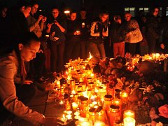 Několik stovek lidí přišlo zapálit svíčku pro Elišku před školu, do níž chodila.