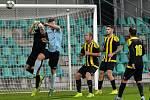 Velkou překážkou byl pro fotbalisty Chomutova (v modrém) gólman Tomáš Martinec. Na snímku likviduje jednu z útočných akcí domácích.