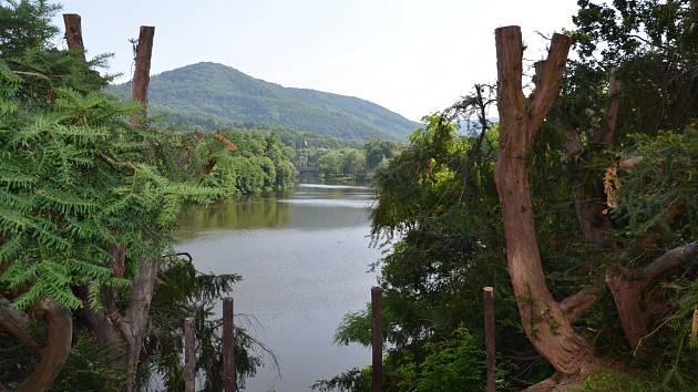 Dendrologicky velmi cenný anglický park u zámku v Klášterci nad Ohří obtáčí zákrut Ohře. Park v posledním období prošel prořezem, který odhalil návštěvníkům krásné pohledy na řeku.