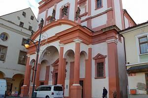 Raně barokní kostel sv. Ignáce je dominantou jižního cípu náměstí 1. máje v Chomutově. Archivní foto