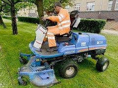 POSEKÁ A NECHÁ LEŽET. Malotraktor umí díky nové liště mulčovat.