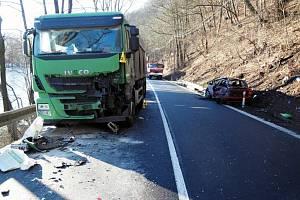Osobní auto nabouralo u Stráže na nákladního.
