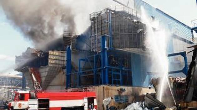 Požár v hale likvidovali hasiči tři hodiny.