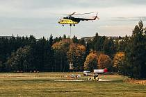 Vrtulník u Vejprt nabírá další dávku materiálu při vápnění lesů v Krušných horách